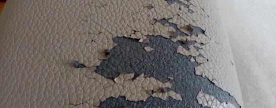 Detail poškozené ekokůže